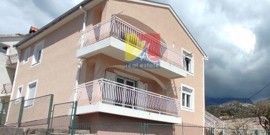 Двухэтажный дом в эко районе Черногории
