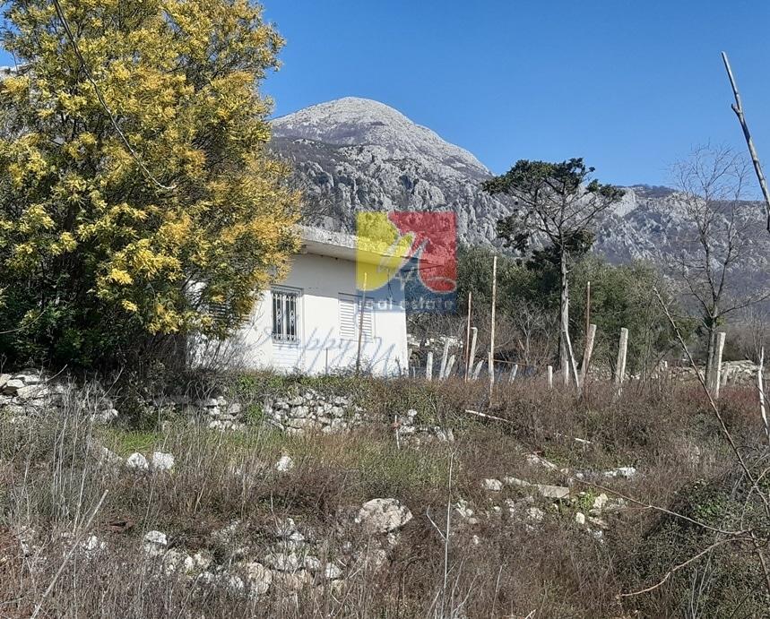 Живописный участок земли с домиком в экологичном районе Черногории